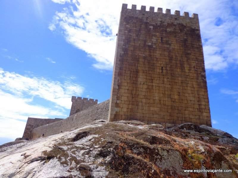 Castelo e muralhas - Aldeia Historica de Linhares-foto