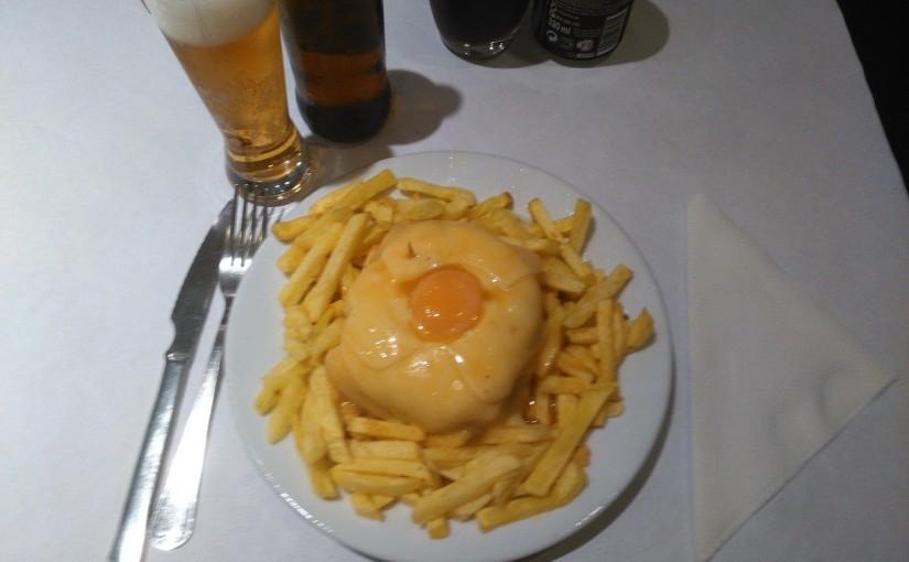 Comer francesinha no Café Santiago, Porto