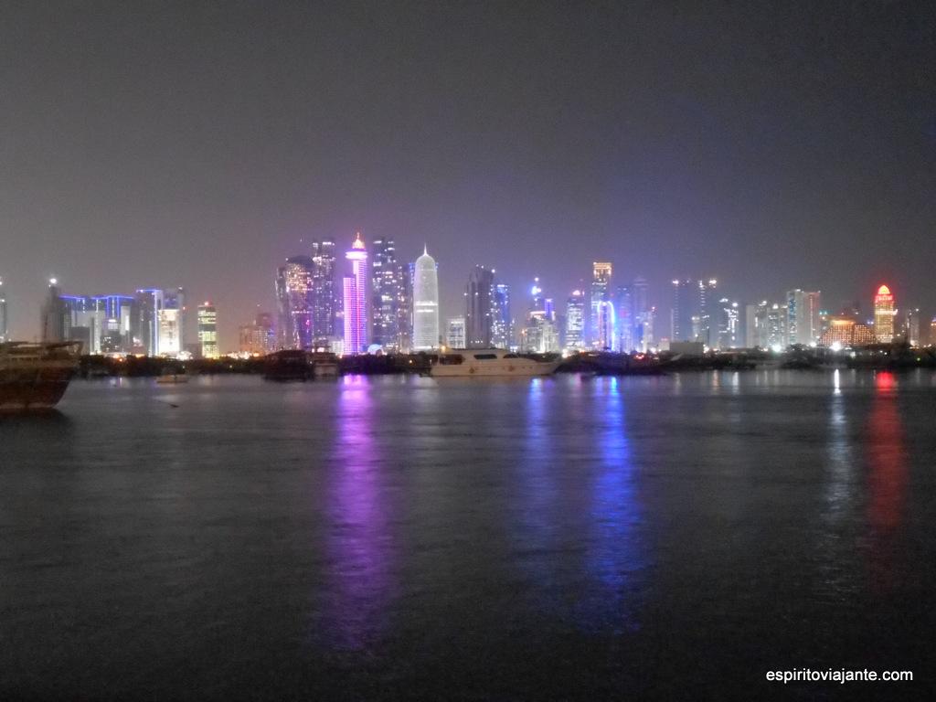 Doha skyline à noite